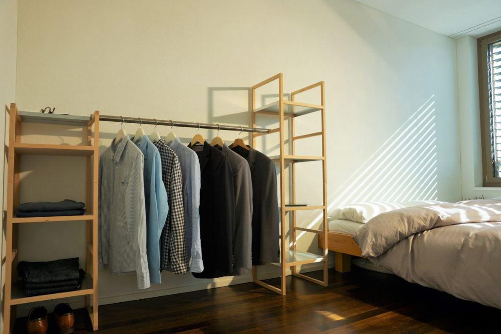 Schlafzimmer Inneneinrichtung, modulares Buchenregal mit Kleiderstangen