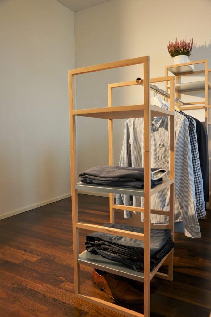 modulares schweizer Regal mit Kleiderstangen